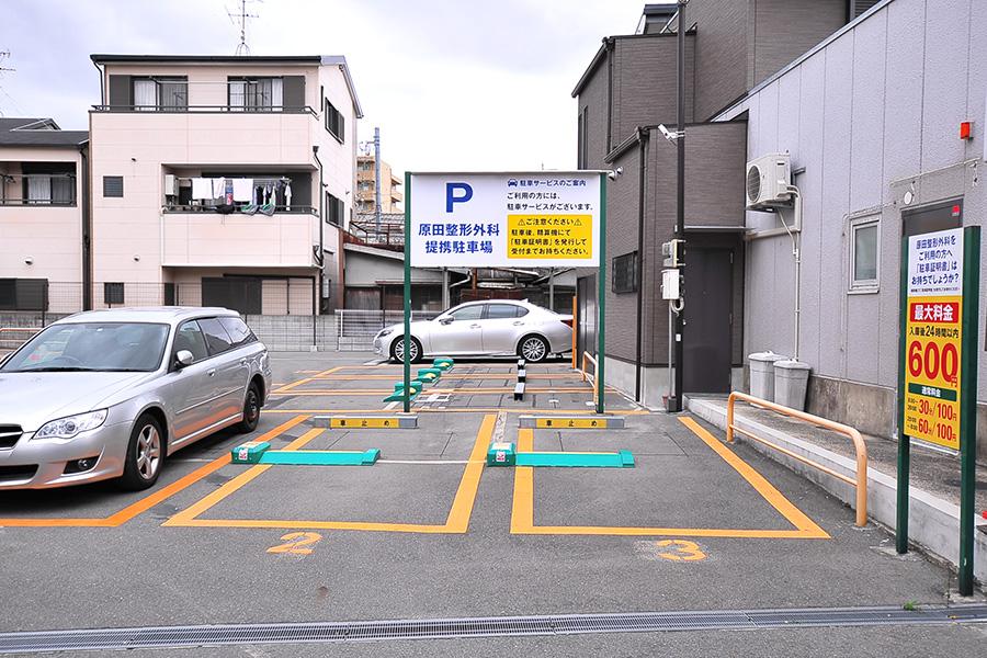 医院裏の駐車場